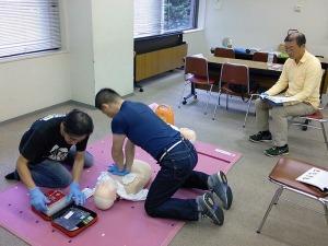 写真1:心肺蘇生とAEDの使用