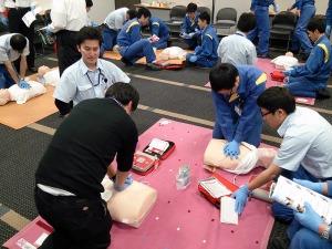 写真2:心肺蘇生とAED訓練