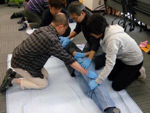 写真3:ログロール法による体位変換