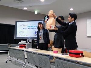 写真2:貸与されるAEDの使用方法を説明