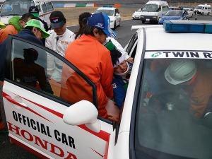写真3:マーシャルカーでの救出訓練