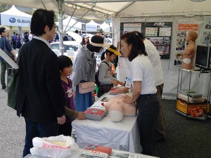 写真2:AED操作体験コーナー