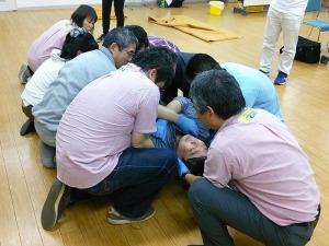 写真3:救助者7名によるリフト