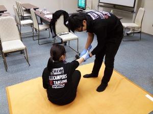 写真2:直接圧迫法による止血