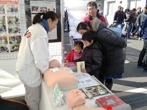 写真2:AED体験_家族連れ