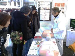 写真3:AED体験_親子連れ